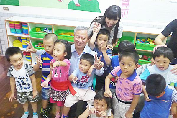 向陽優能電力陳貴光董事長與小朋友一同歡樂進行活動